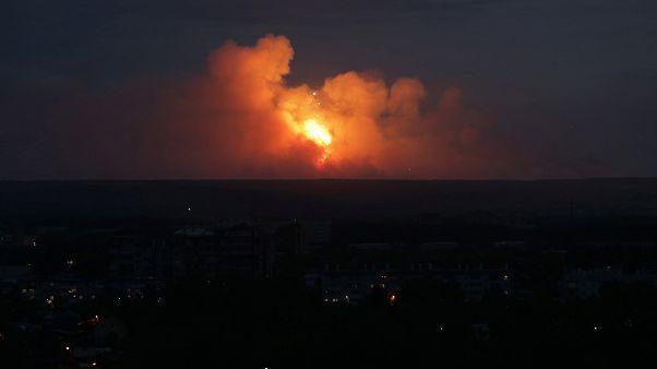 أدخنة ونيران تتصاعد من موقع الانفجارات في مدينة أتشينسك بمنطقة كراسنويارسك في روسيا يوم الاثنين