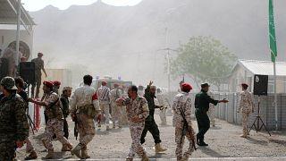 جنود في موقع هجوم صاروخي على عرض عسكري في عدن يوم أول أغسطس آب 2019