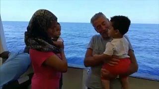 Migrantes a bordo de navio da Open Arms à espera de um porto seguro