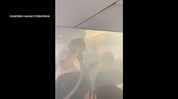 مضيفة الطيران تتحدث عبر الهاتف داخل حجرة الطائرة