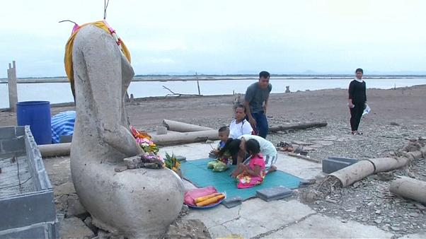 شاهد: الجفاف يكشف عن معبد مفقود غمرته المياه في تايلاند