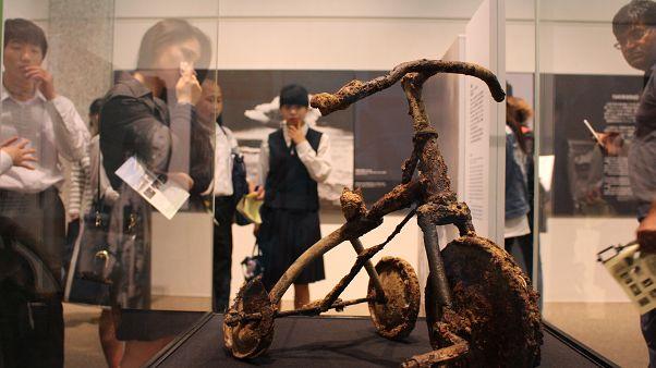 Hirosima 74 éve: az eltemetett piros tricikli