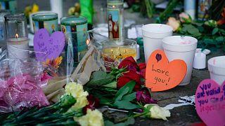Τα θύματα των δυο ένοπλων επιθέσεων που συγκλόνισαν τις ΗΠΑ