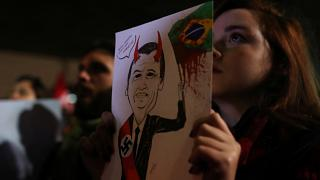 """""""Mai più la dittatura"""": San Paolo in piazza contro Bolsonaro"""
