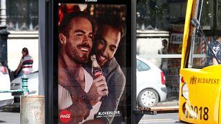 صورة للملصق الإعلاني لشركة كوكا كولا في بودابست المجرية