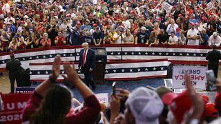 ترامب بين جمهوره خلال أحد التجمعات الانتخابية في سينسيناتي (أوهايو)