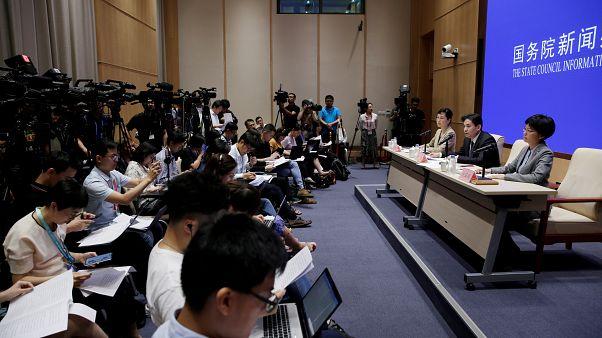 في أول لقاء مع الرئيسة التنفيذية.. المحتجون في هونغ كونغ يطالبون باعادة السلطة للشعب
