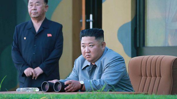 الزعيم الكوري الشمالي كيم جونغ أون أثناء اختبار صاروخين باليستيين قصير المدى