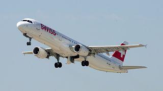 Blitz schlägt kurz nach Start in Zürich in 2 Flugzeuge ein