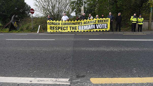 Des manifestants réclamant le maintien de la libre circulation de part et d'autre de la frontière entre la République d'Irlande et l'Irlande du Nord (18/04/2019)
