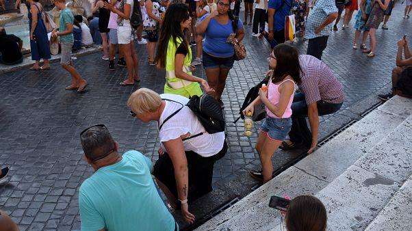 İtalya'nın başkenti Roma'nın tarihi ve turistik mekanları arasında başı çeken İspanyol Merdivenleri'nde oturmak yasaklandı