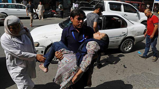 Saldırıda yaralanan kadını hastaneye götürmeye çalışan bir adam / Kabil