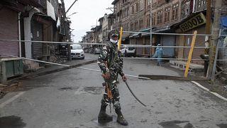 سرباز شبه نظامی هند در خیابانی در کشمیر