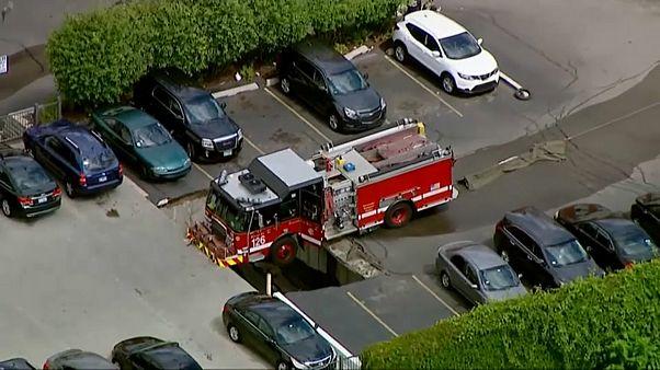 شاهد: شاحنة رجال الإطفاء عالقة فوق فجوة من الأسفلت بشيكاغو