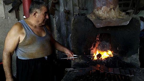 Kurban bayramı öncesi satır talebini karşılayabilmek için 40 derecede 12 saat çalışan demir ustası