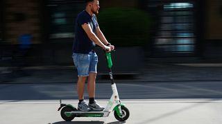 Электросамокаты опаснее для экологии, чем общественный транспорт