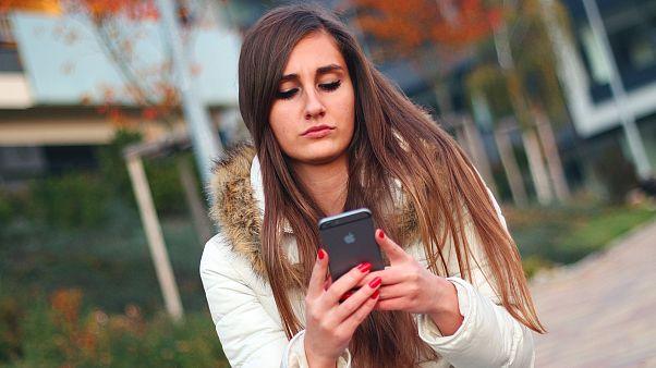 شابة تستخدم الهاتف