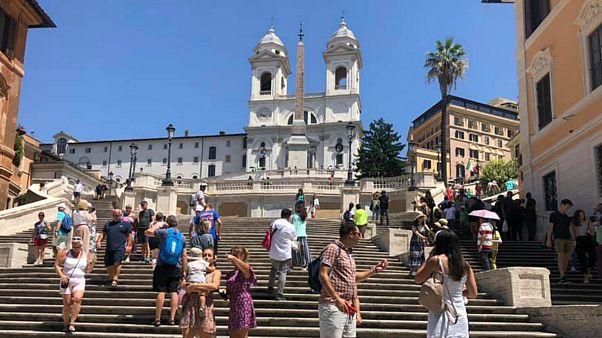 400 euró büntetést kaphat, aki leül a Spanyol lépcsőre