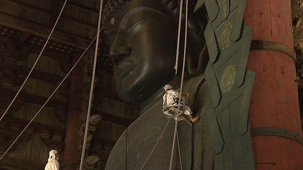 """شاهد: نارا اليابانية تنظف """"تمثال بودا العظيم"""" في معبد الشرق الكبير"""