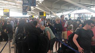 Wartende Passagiere am Flughafen Heathrow