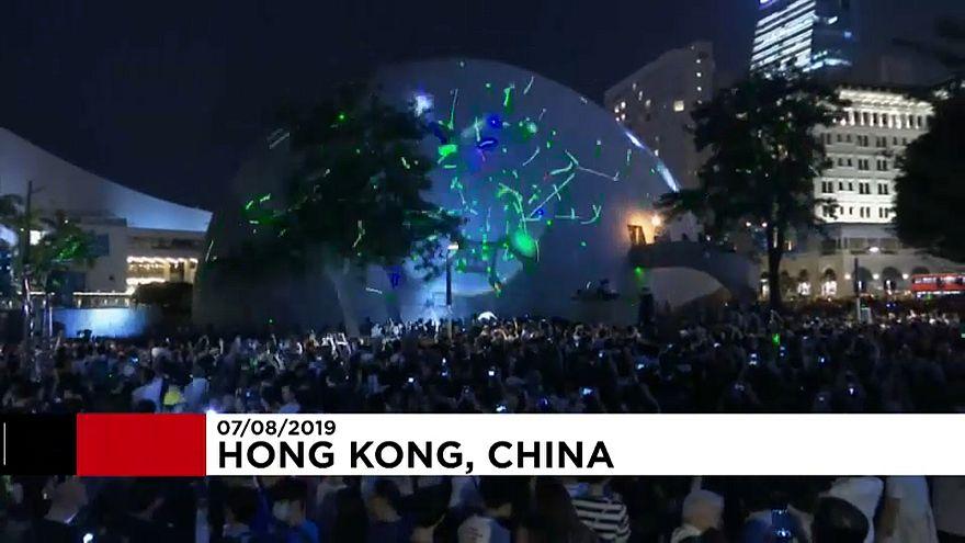 ویدئو؛ معترضان هنگکنگی با لیزر دوربینهای پلیس را کور میکنند