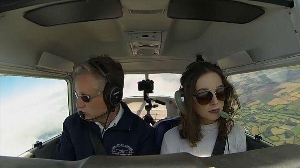 رافق إيلي كارتر طيار متمرس ولكنه لم يتدخل في عملية القيادة أبداً
