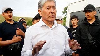 Экс-президент Киргизии отбивается от спецназа