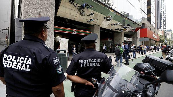 پلیس مقابل مرکز مالی فدرال در مکزیکو سیتی