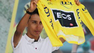 Egan Bernal esibisce con orgoglio la sua Maglia Gialla ai tifosi colombiani che lo acclamano.