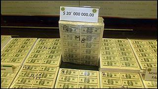 شاهد: الشرطة البيروفية تصادر أوراقا مالية مزورة بقيمة 20 مليون دولار