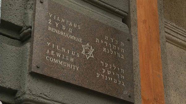 على مدخل الكنيس في عاصمة ليتوانية