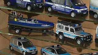 شرطي بولندي يجمع مئات النماذج لسيارات وعربات الشرطة في منزله