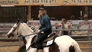 شاهد: فتاة بولندية شقراء تخطف الأنظار في مهرجان رعاة البقر