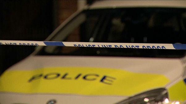 سيارة تابعة للشرطة البريطانية في مكان وقوع الجريمة في ليتون شرق لندن