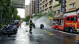 Vigili del fuoco al lavoro a Taiwan.