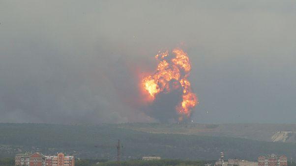 صورة من سلسلة انفجارات هزت مستودعات للذخيرة في روسيا أمس الأربعاء