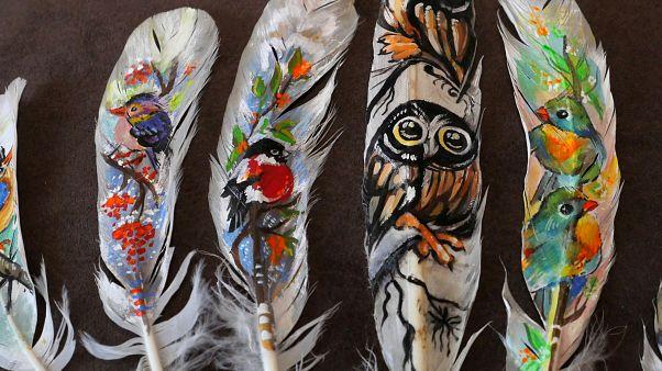 شاهد: فنانة بلغارية تبدع في تحويل الريش إلى لوحات فنية