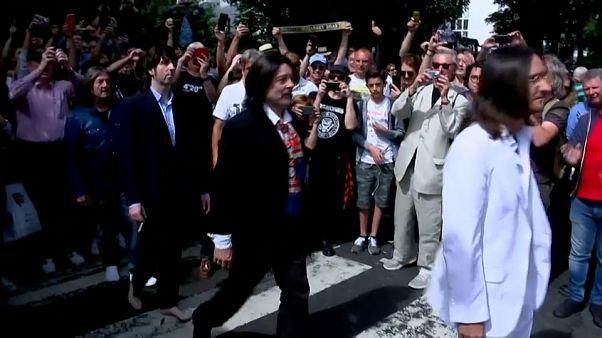 """Beatles hayranları 50 yıl sonra """"Abbey Road"""" albüm kapağını canlandırdı"""
