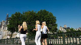 نساء في شوارع باريس