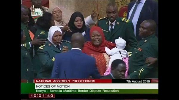 شاهد: تدافع في البرلمان الكيني بسبب طرد نائب جلبت رضيعها معها إلى الجلسة