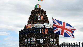 أعلام إيرلندا الشمالية والشين فين وتنظيم داعش على نصب خشبي في بلفاست قبيل احتفالات الثاني عشر من تموز. 11/تموز 2017