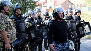 قوات الأمن القيرغزي امام منزل أتامباييف