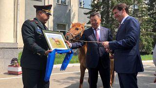 إسبر بصحبة وزير الدفاع المنغولي