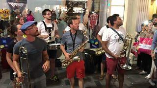 Fransız sokak müziği grubu Poil O'Brass Band'dan ezana saygı