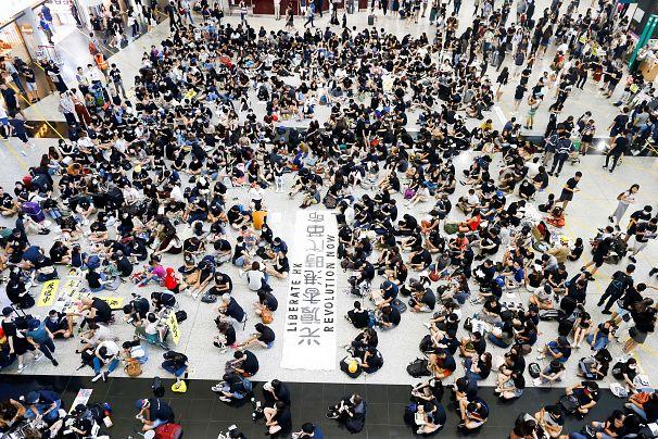Аэропорт Гонконга отменил все рейсы из-за протестов, вылета ожидают  тысячи пассажиров