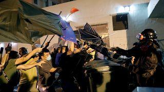 Terelőkúppal védekező hongkongi tüntetők