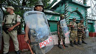 أفراد من قوات الأمن الهندية خارج أحد المساجد في جامو
