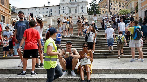 نشستن گردشگران بر روی «پله های اسپانیایی» در شهر رم ممنوع شد