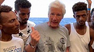 """Open Arms, Richard Gere porta viveri a bordo e lancia un appello: """"Aprite i porti"""""""