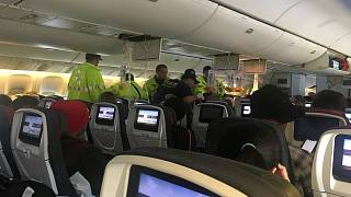 عاملون بخدمات الطوارئ يقدمون يد العون لراكب على متن الطائرة الكندية يوم 11 يوليو تموز 2019